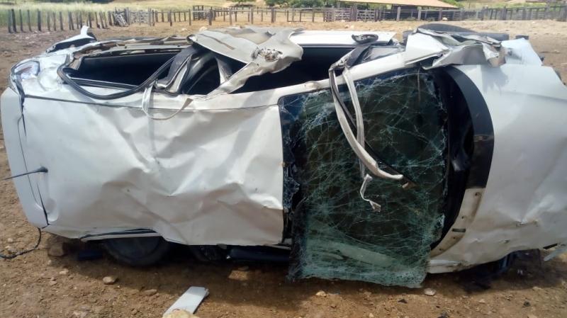 Carro ficou severamente danificado no acidente. (Imagem: Internauta do Rastro101)