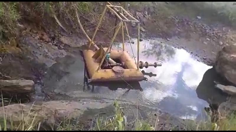 Bomba de água está quase tocando o chão no Córrego da Prata. (Internauta/Rastro101)