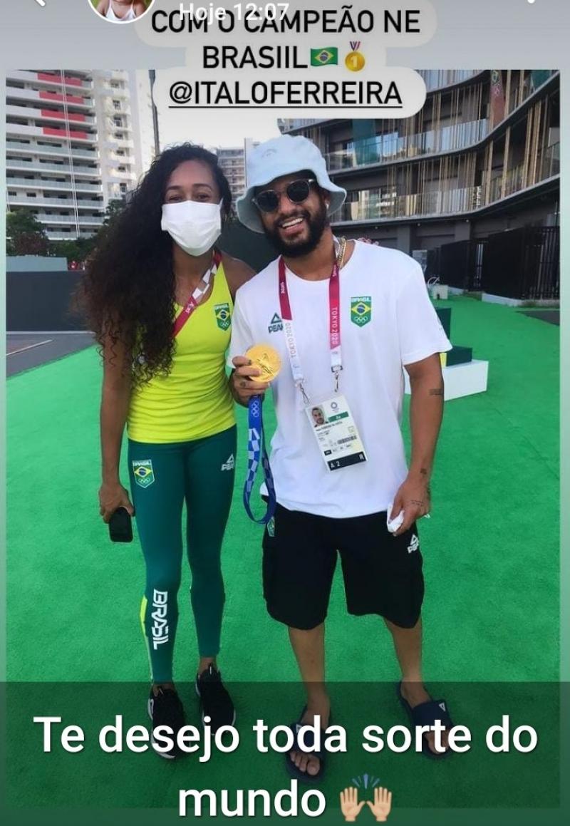 Ketiley, com Italo Ferreira medalhista de ouro no surf