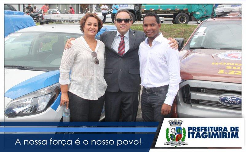 Prefeita de Itagimirim, Devanir Brillantino, ao lado do delegado Hermano Costa e o vice-prefeito Luizinho. (Ascom)