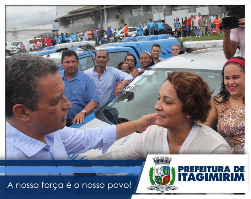 A prefeita Devanir Brillantino, recebeu na manhã de segunda-feira (20), das mãos do governador Rui Costa, a chave da nova viatura da polícia Civil para o município de Itagimirim. (Ascom)