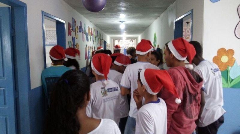 Os próprios alunos que participaram da gincana fizeram a distribuição dos presentes (Divulgação)
