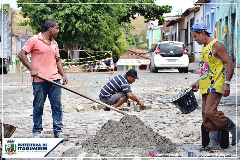 Nesta terça-feira 19/03, uma equipe realizou a recuperação do calçamento da Praça Domingos Vencedor, no centro da cidade. (Ascom-Itagimirim)