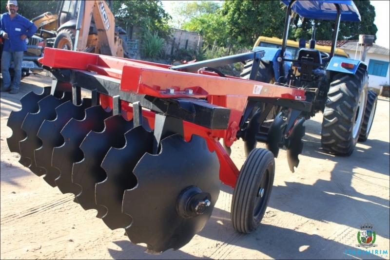 Como o município já possui um trator agrícola, com a chegada do novo equipamento, o trabalho dos pequenos produtores rurais ficará mais facilitado. (ASCOM-Prefeitura de Itagimirim)