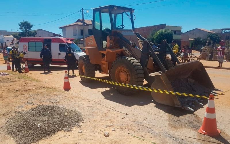 Máquina realizava serviço de tapa buracos. (Foto: Blog Braga)