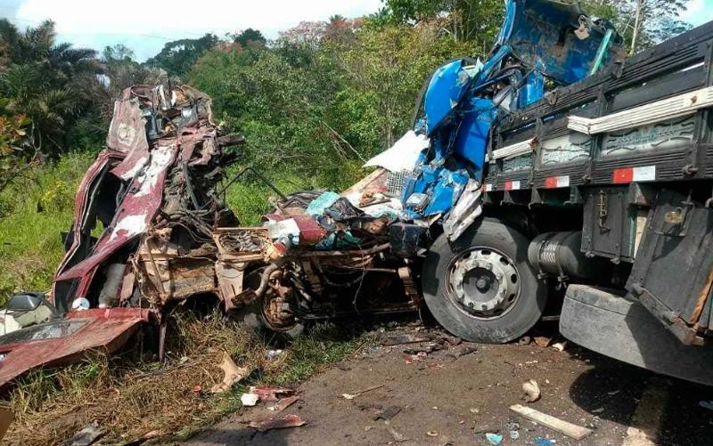 Veículos ficaram totalmente destruídos. (Foto: Bahia 10)