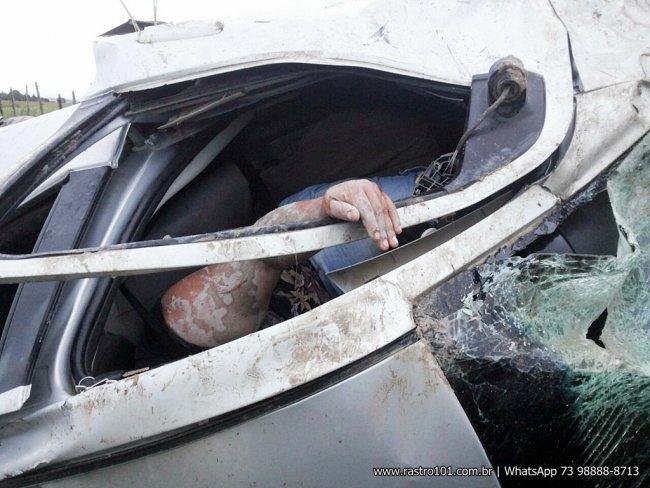 Professora ficou pendurada pelo cinto de segurança. (Foto: Internauta/Rastro101)