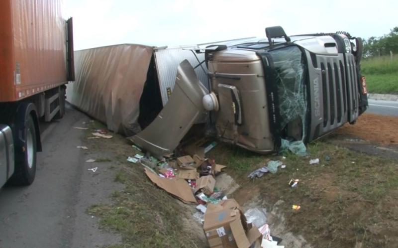 Motorista foi arremessado para fora do veículo. (Tv Subaé)