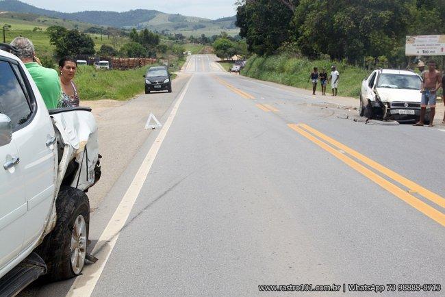 Picape Strada bateu no fundo de uma Toyota Hilux