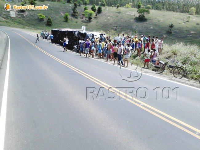 Caminhão tombou na curva do povoado de Mundo Novo. (Foto: Internauta / Rastro101)