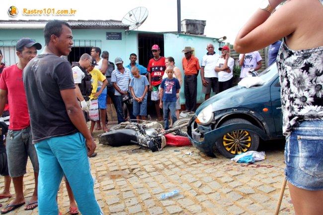 Jovem sofreu ferimentos graves ao bater contra um carro em Itagimirim. (Foto: Rastro101)