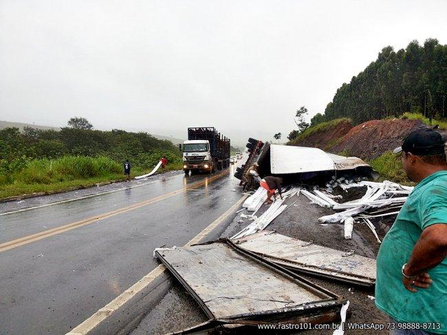 Parte da carga foi saqueada antes da chegada da PRF. (Foto: Rastro101)