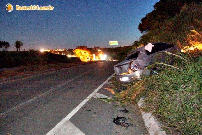 Veículo bateu em canteiro no meio da pista e ficou em barranco no acostamento. (Foto: Rastro101)