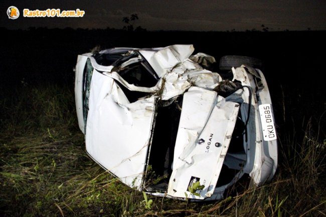 Veículo saiu da pista e capotou. Condutor sofreu apenas ferimentos leves. (Foto: Rastro101)