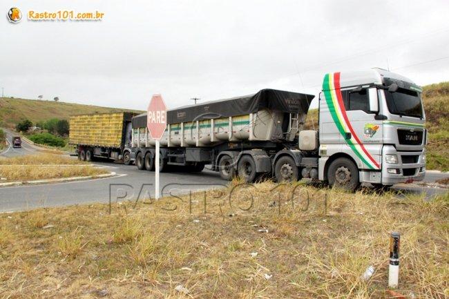 Acidente aconteceu no trevo que dá acesso ao município de Itagimirim. (Foto: Rastro101)