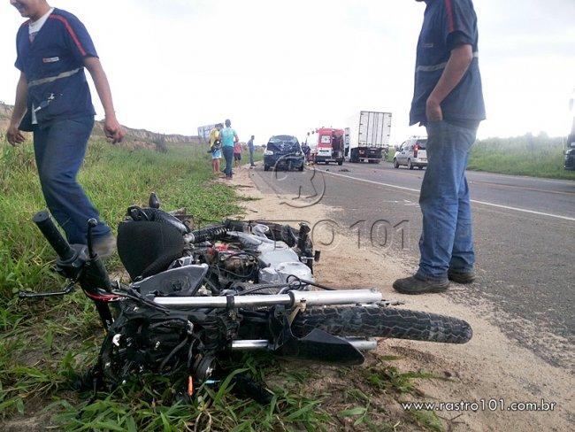 Motocicleta bateu de frente com picape. (Foto: Rastro101)