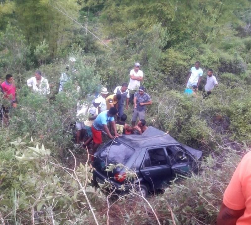 Os veículos colidiram violentamente, sendo que um deles acabou caindo em uma ribanceira. (Foto: Site do Voz da Bahia/Carlos José)