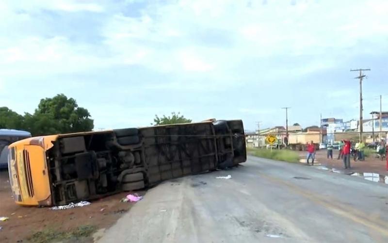 Ônibus tombou na madrugada desta sexta-feira — Foto: Reprodução/TV Bahia