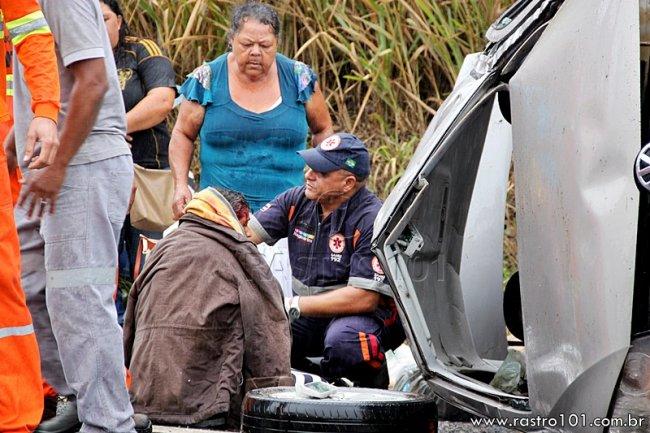 Condutora do veículo sendo atendida pelo socorrista do SAMU. Ela ficou com um corte na cabeça e reclamava de dores pelo corpo (Foto: Rastro101)