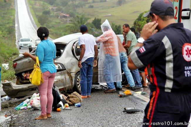 Pessoas que passavam no local ajudaram a retirar o veículo da pista. (Foto: Rastro101)