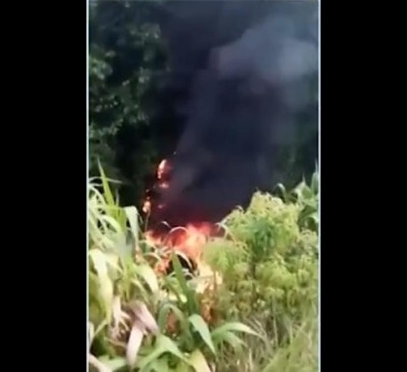 Caminhão capotou e pegou fogo após o motorista tentar desviar de buraco. (Tv Santa Cruz)