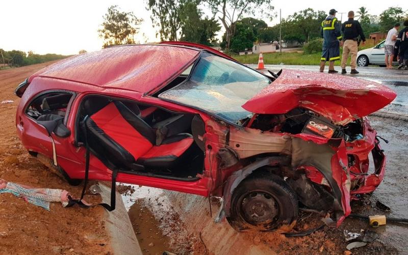 Carro atingiu a lateral do caminhão. (Foto: Divulgação/PRF)