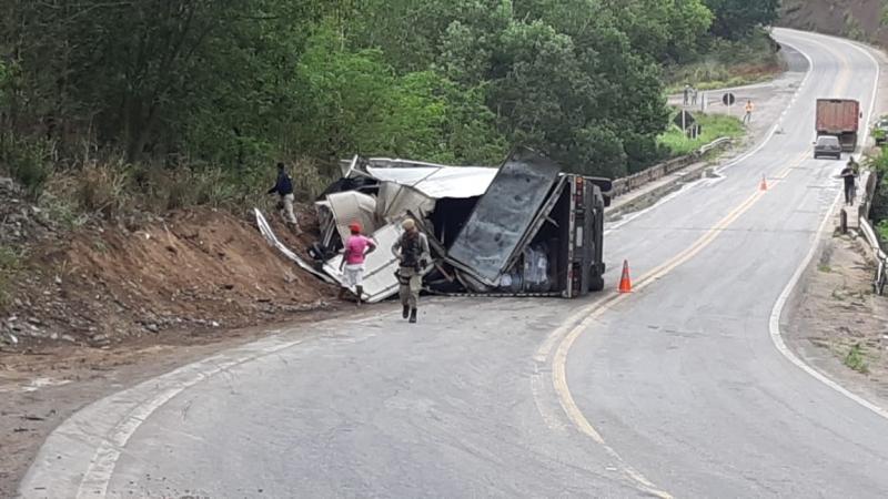 Uma das pistas da rodovia federal foi bloqueada. (Imagem: Radar64)