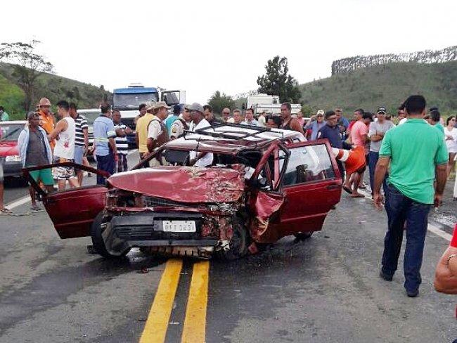Motorista do veículo Fiat Uno ficou preso nas ferragens e morreu no local. (Foto: Internauta/Rastro101)