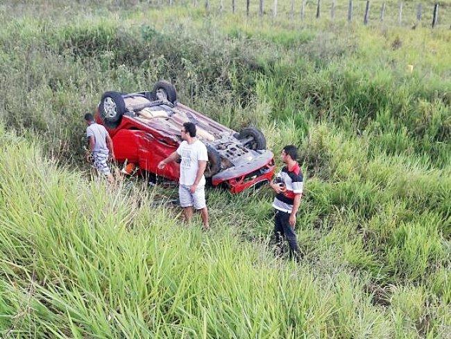 Veículo do taxista capotou após a batida. Vários moradores de Itagimirim foram ao local ajudar. (Foto: internauta)