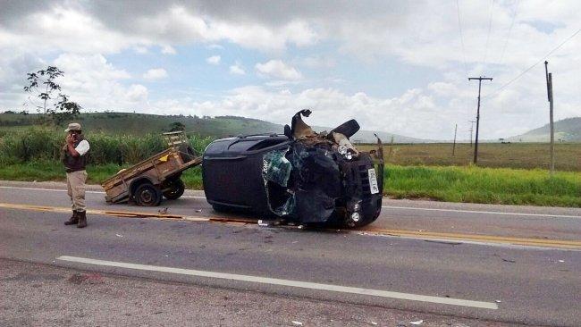 Veículo ficou totalmente destruído.