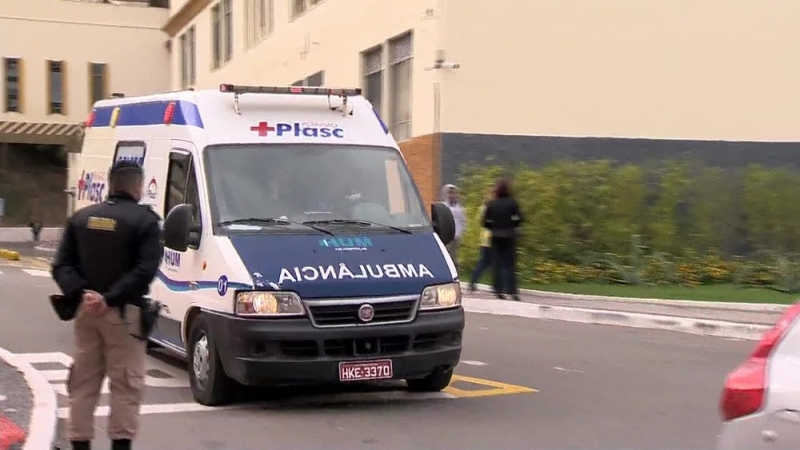 Ambulância saindo da Santa Casa para a transferência de Bolsonaro. (Foto: Reprodução/TV Globo)