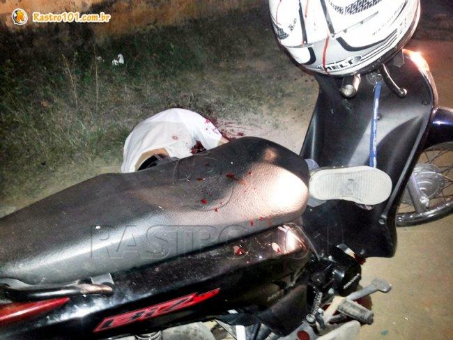 Vítima nem chegou a descer da moto. (Foto: Rastro101)