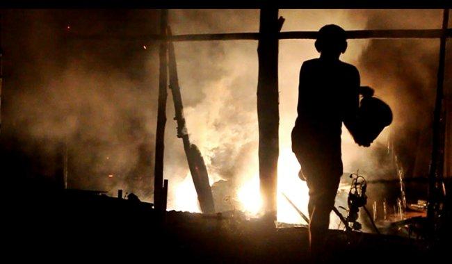 Seu Dozinho, proprietário do veículo, contou com a ajuda de vizinhos para apagar o fogo utilizando baldes com água. (Foto: Rastro101)