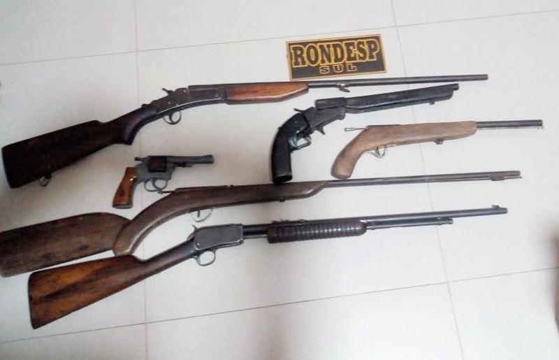 Armas apreendidas pela PM. (Imagem: Via41)