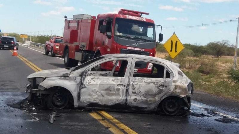 Bandidos queimaram um carro durante a fuga. (Imagem: Corpo de Bombeiros)