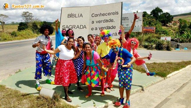 Membros da igreja saíram às ruas vestidos de palhaço convidando crianças. (Foto: Miltinho)