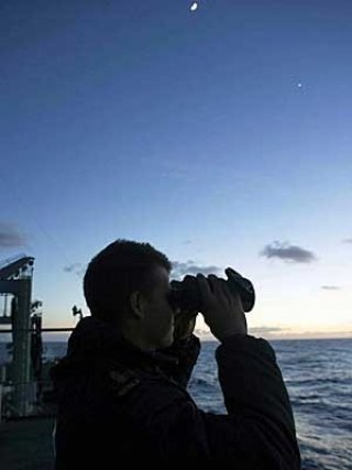 Navio australiano procura por destroços do avião<br /> da Malaysia Airlines no Oceano Índico<br /> (Foto: Australian Defence Force / via Reuters)