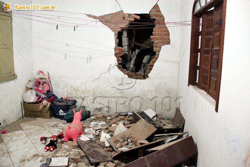Casa vizinha ficou com um enorme buraco na parede (Rastro101
