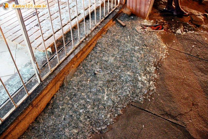Vidraça de uma loja em frente ao banco ficou destruída (Rastro101)