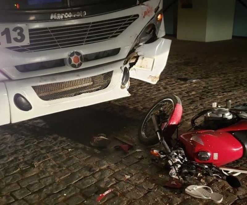 Homem, que não usava capacete, teria jogado a moto na direção do ônibus. (Foto: Radar64)