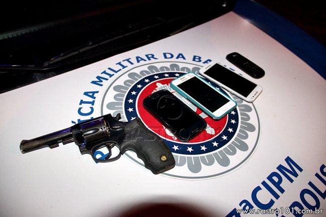 Com eles foram encontrados quatro aparelhos de celular e uma arma calibre 38 com a numeração raspada e duas munições deflagradas. (Rastro101)
