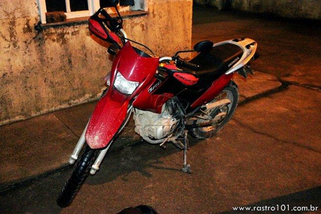 Moto usada pela dupla havia sido roubada no mesmo dia em Eunápolis. (Rastro101)