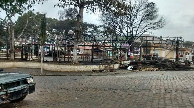 Às 5h da manhã, fieis começaram a reconstruir a barraca. (Divulgação)