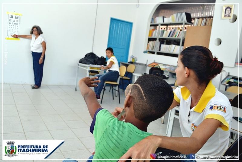 Crianças são  submetidas a exames de acuidade visual. (Ascom-Prefeitura de Itagimirim)