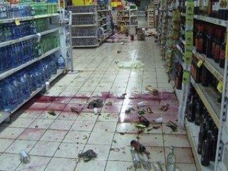 Saqueadores roubam supermercado e quebram<br /> produtos em Salvador (Foto: Imagens/TV Bahia)<br />