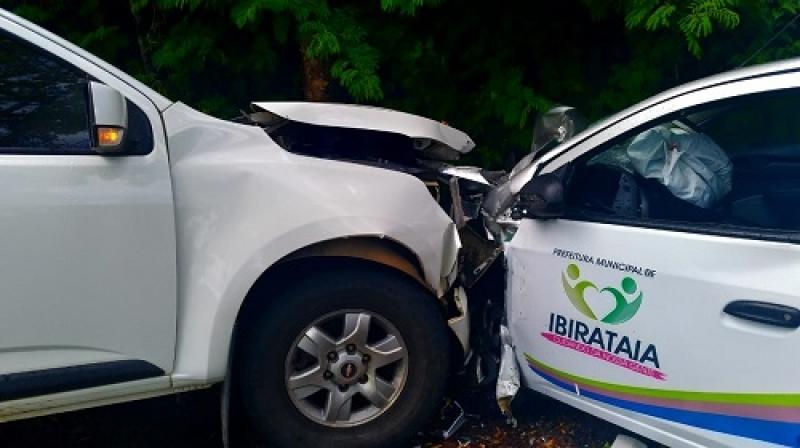 Carro da Prefeitura de Ibirataia se envolveu no acidente. (Giro em Ipiaú)