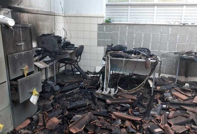 Equipamentos foram destruídos no interior do prédio. (SulBaha News)