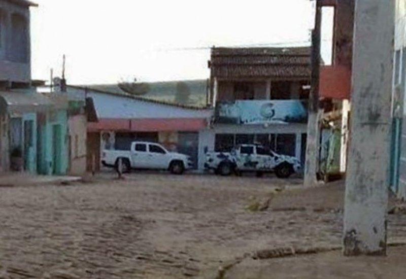 Veículos da polícia foram vistos em frente à um estabelecimento comercial em Itagimirim (Enviado via whatsapp)
