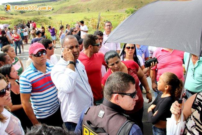 A rodovia só foi desocupada por volta das 15 horas , após uma ligação feita por Ricardo Brito, delegado do Departamento de Polícia do Interior, que falou diretamente com um primo de Rielson, Fernando Santos. (Foto: Rastro101)