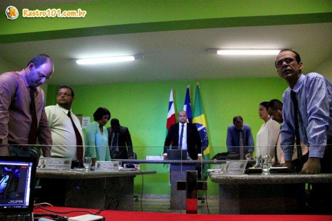 Vereadores de Itagimirim durante sessão extraordinária para votação do projeto para distribuição dos terrenos. (Foto: Rastro101)
